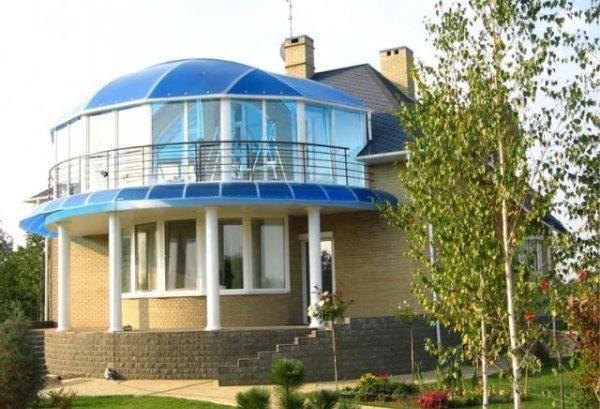 Располагая теплицу на крыше, хозяин экономит на фундаменте, проведении коммуникаций для водопровода, отопления и вентиляции