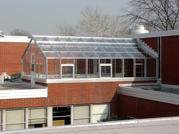 Теплица на крыше является отличным вариантом для тех, у кого недостаточно места на участке для постройки