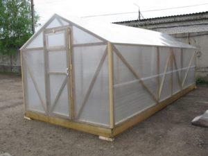 Как построить деревянную теплицу под поликарбонат