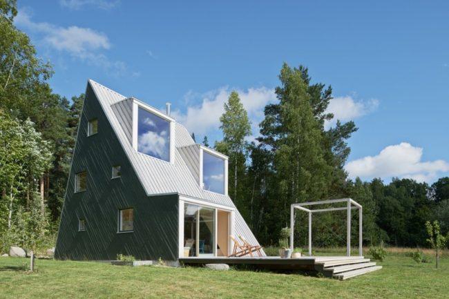 Интересный проект дома - шалаша с двумя мансардными комнатами на втором уровне