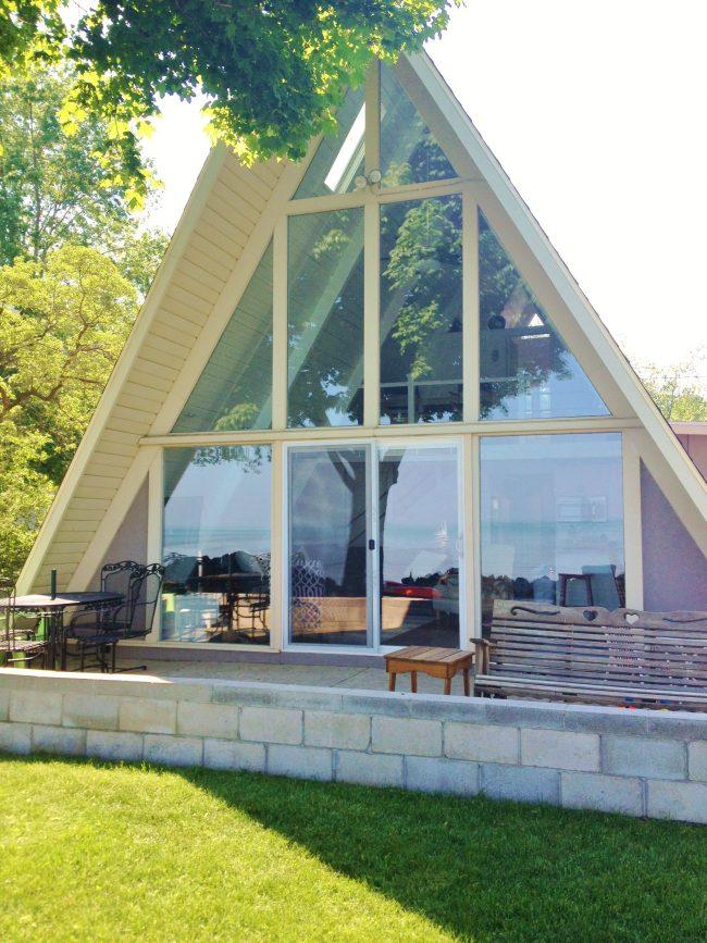 Аккуратный треугольный домик с панорамный остеклением