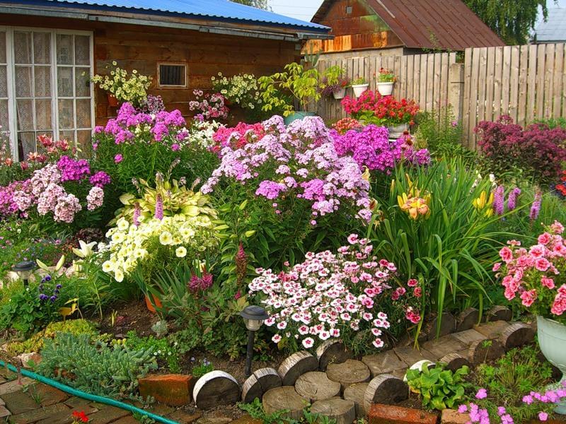 Особенности расположения клумб и огорода