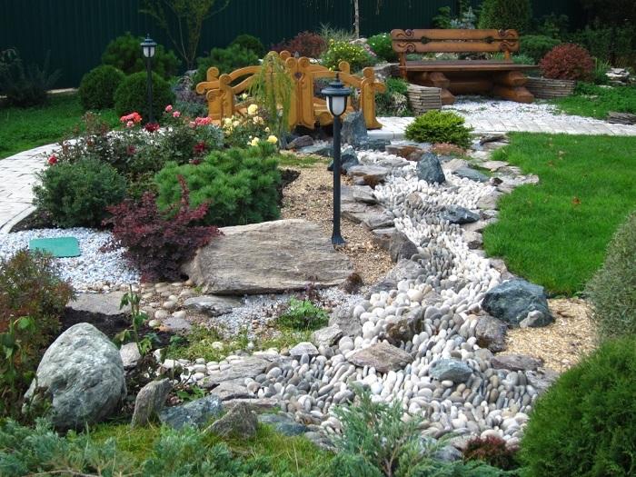 сухой ручей из камней
