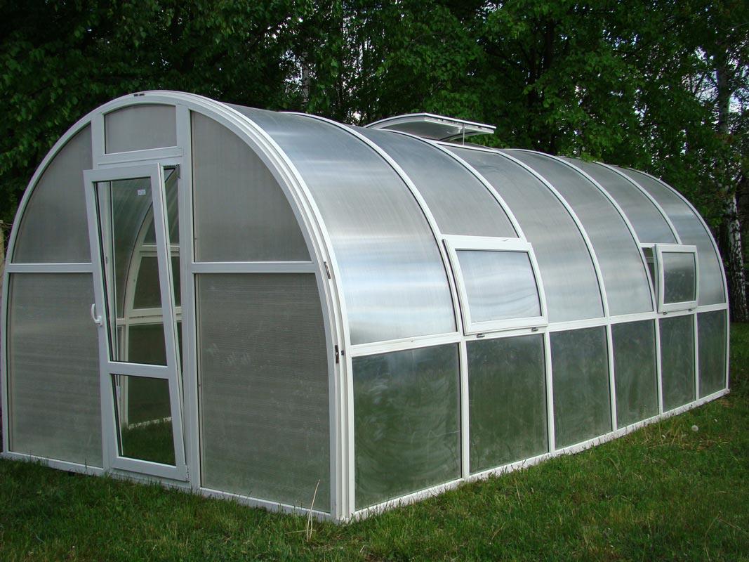 Для эффективной вентиляции теплицы размером 3×6 м необходимо установить 3 — 4 форточки 40×120 см