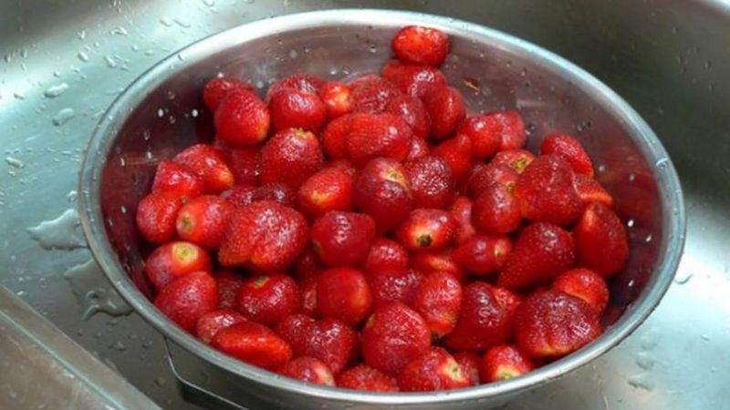 промойте и удалите плодоножки