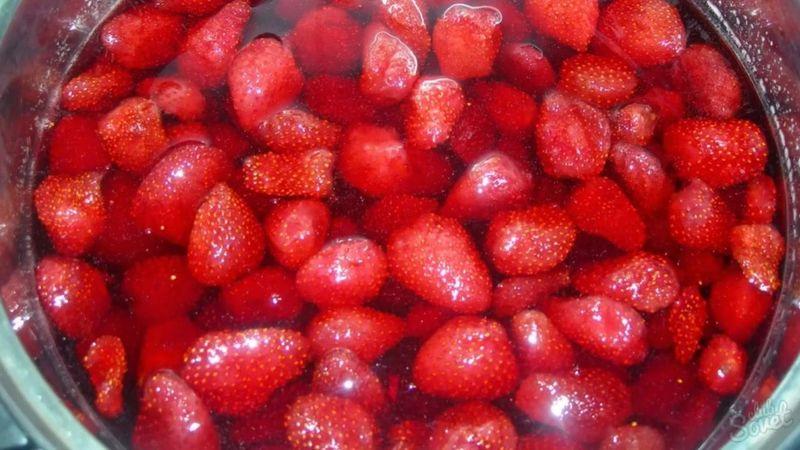 залейте ягоды сиропом