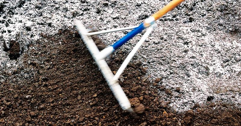 Для обсыпки грунта садовый инструмент закрывают пищевой плёнкой