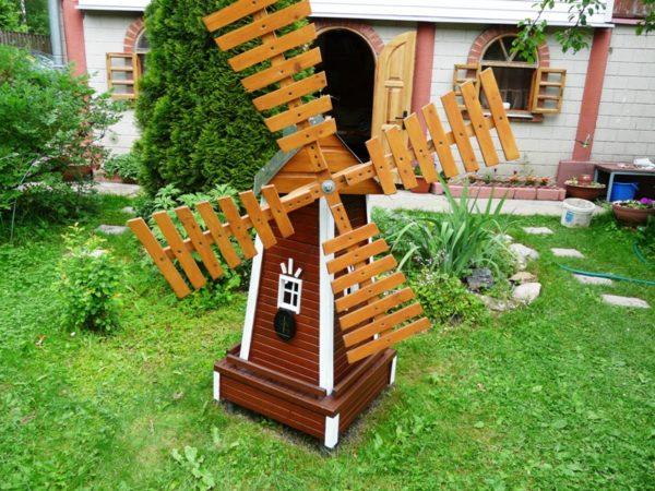 Солнечная батарея, установленная на стене сооружения, обеспечит встроенную подсветку нужным количеством электроэнергии